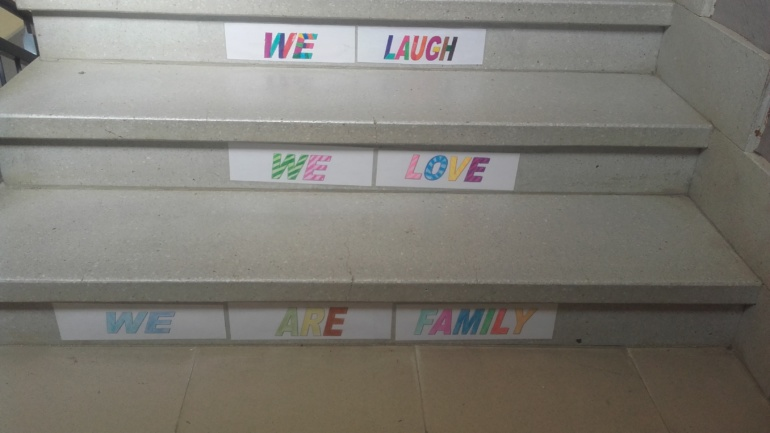 MENSAJE EN UNA ESCALERA: WE ARE FAMILY.
